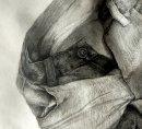 人民币与牛仔裤素描组合素描静物作品
