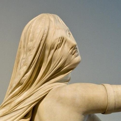 用雕塑来展示头纱会有什么样的艺术效果?