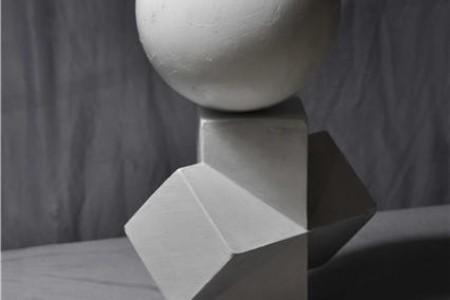 球体与四菱柱穿插体组合 石膏几何体超高清素描写生照片