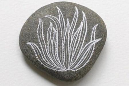 精美的植物图案被画在石画的石头上。