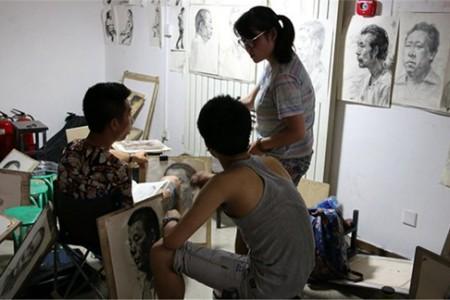 艺术系学生有梦想的时候会很努力,很坚强。