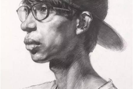 戴眼镜和帽子的年轻人的四分之一面高清肖像