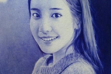 圆珠笔画:微笑女孩的素描像照片一样生动。