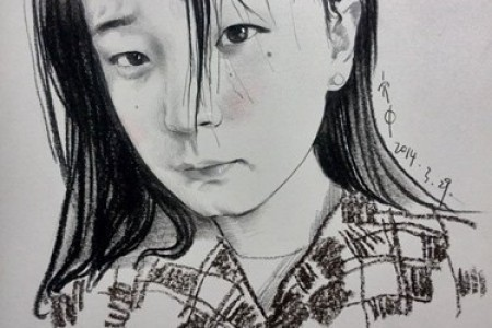 炭笔和彩色铅笔画的睡衣女孩
