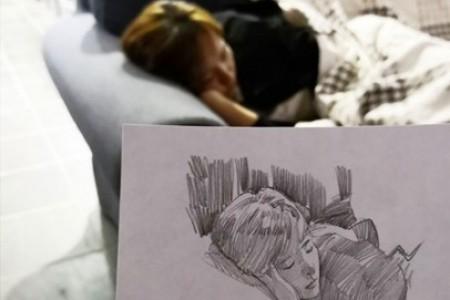 我女朋友在沙发上睡着了,画了这幅素描。