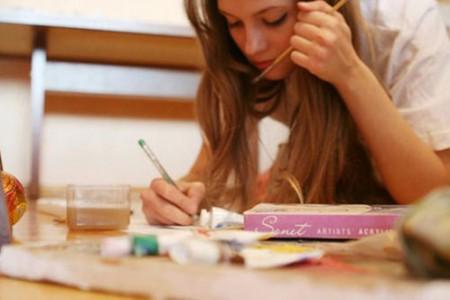 会画画的女孩是最漂亮的,当她遇见她时,她就结婚了。