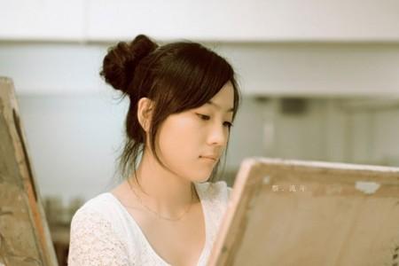 画画的女孩非常漂亮。