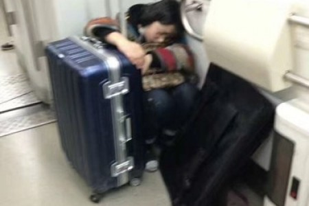 地铁里疲惫的艺术考生