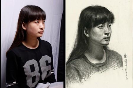 女模特和素描肖像构成了对比画面:长发女郎,三分之一的侧面,平面视角