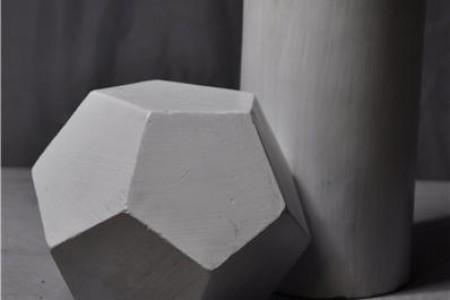 圆柱形12边五边形石膏几何组合的超高清照片