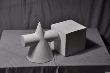 立方体圆锥圆柱体被插入贯穿体组合中,该组合描绘石膏几何图形的高清晰度照片。