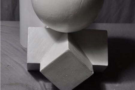 球体、圆柱体、四边形圆锥体穿透和组合石膏几何图形的照片